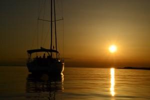 Romantische Ruhe auf hoher See mit diesem Segeltörn