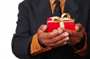 Perfekte Weihnachtsgeschenke für ihn müssen nicht immer groß sein.